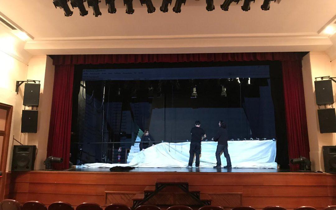 Colgando el ciclorama en el Teatro Moderno de Guadalajara