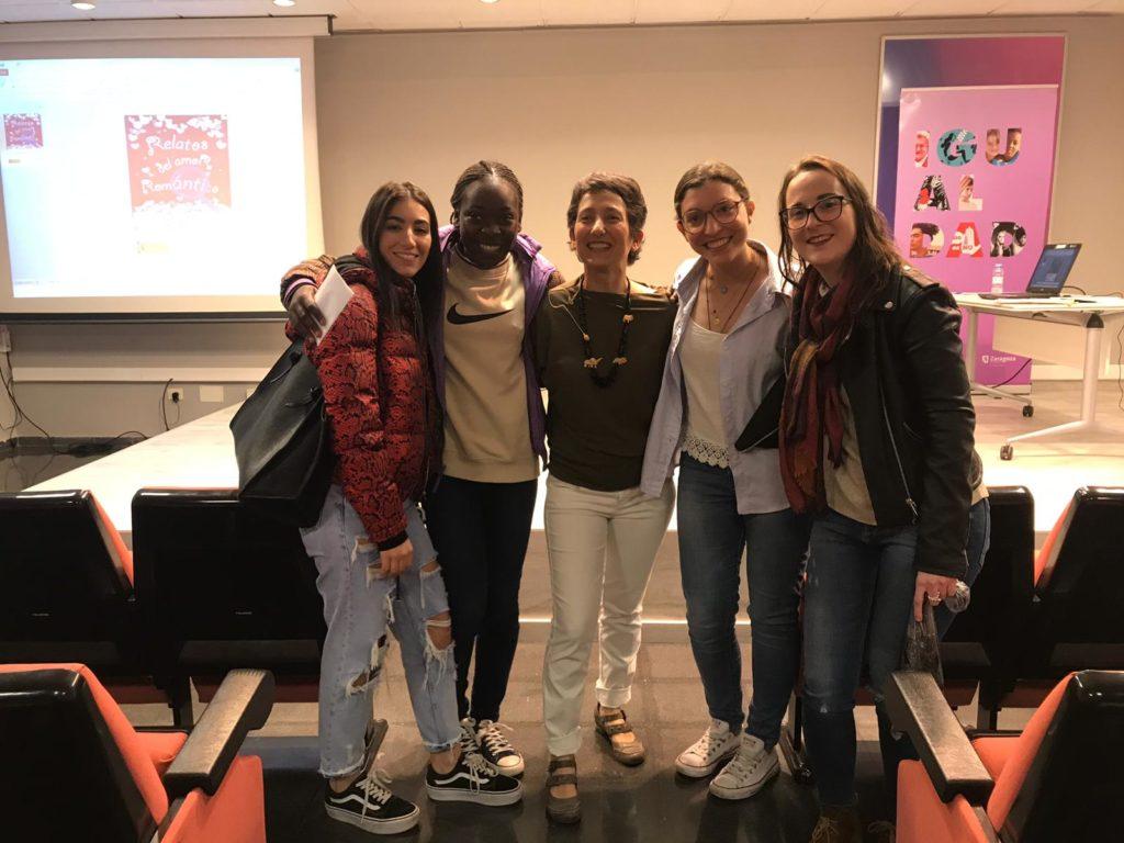 Mujeres con Eva Parra Hermida después de ver Relatos del Amor Romántico